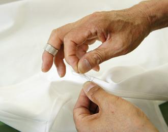 リネンワンピースの裁縫風景